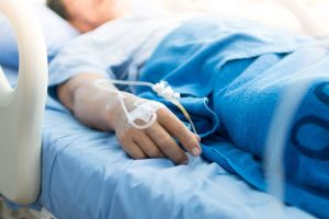 Se rompió el brazo y fue rechazada en el hospital, los motivos son indignantes