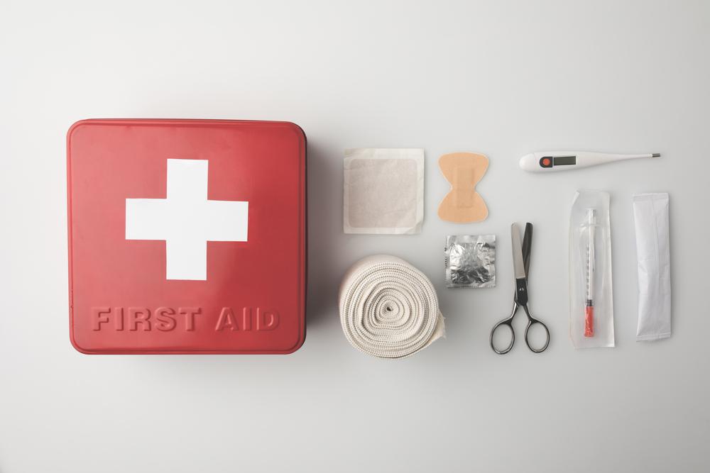 ¿Qué debo tener en mi botiquín de primeros auxilios?