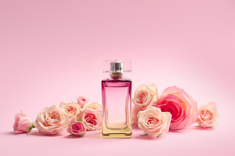 Los 5 mejores perfumes con olor a rosas para mujeres románticas y seductoras