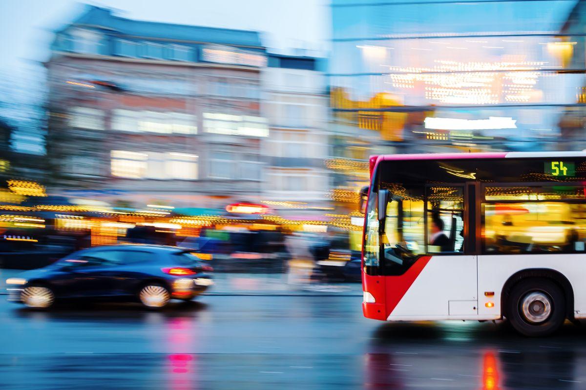 ¿Qué es mejor comprar un auto o usar el transporte público?