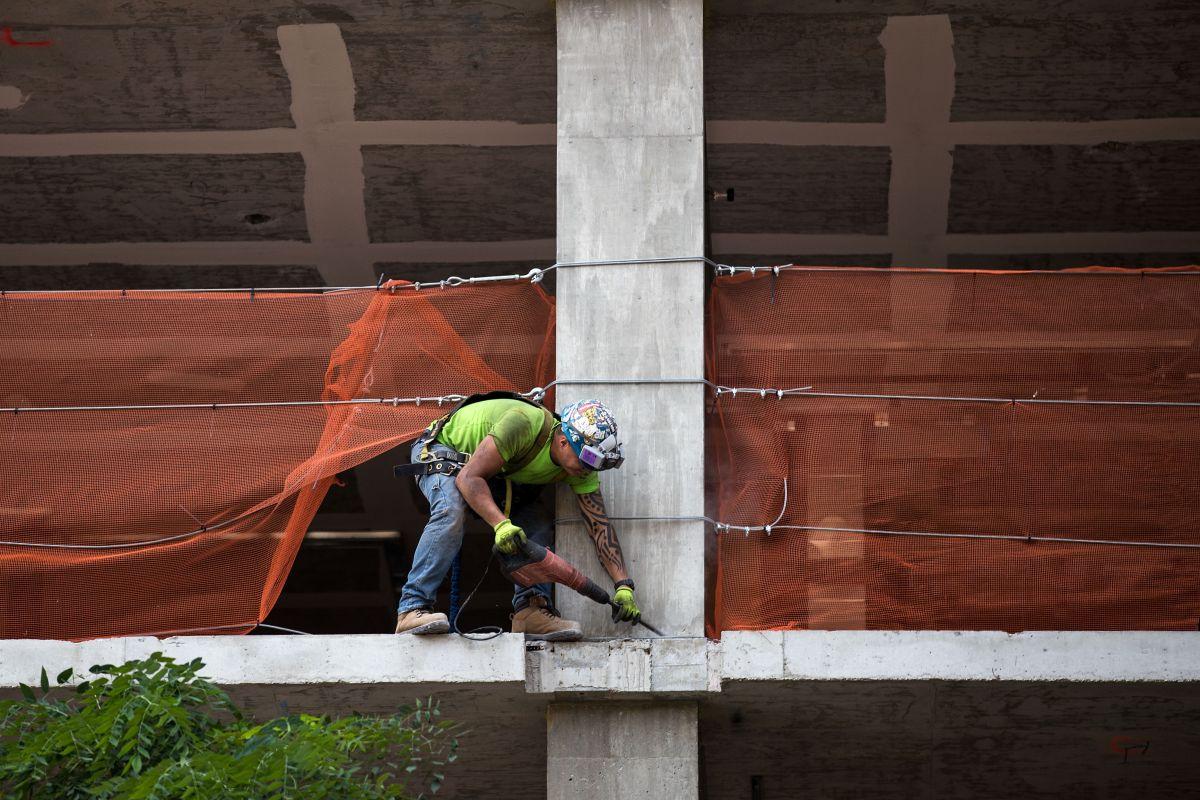Latinos y mujeres, los más golpeados por muertes y accidentes en sitios de trabajo, dice informe