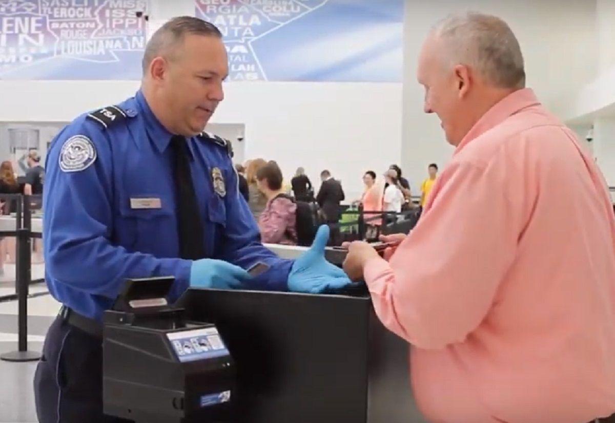 """Un 'Real ID' podría ser la nueva licencia de conducir o una """"green card""""."""