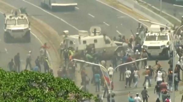 VIDEO: Atropella tanqueta militar a seguidores de Guaidó en Caracas