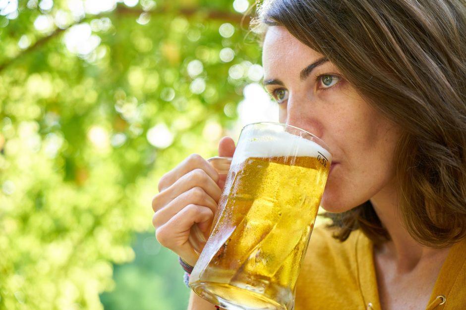 Mujeres que beben cerveza son más fieles