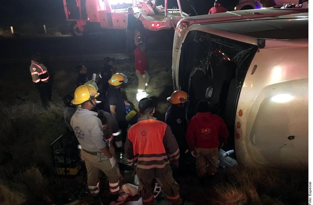 Un bus volcó en la carretera y dejó 11 muertos.