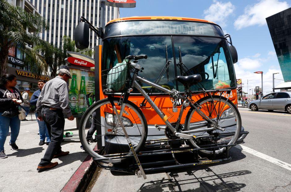Buscan en Los Ángeles bajar los precios del transporte a la mitad