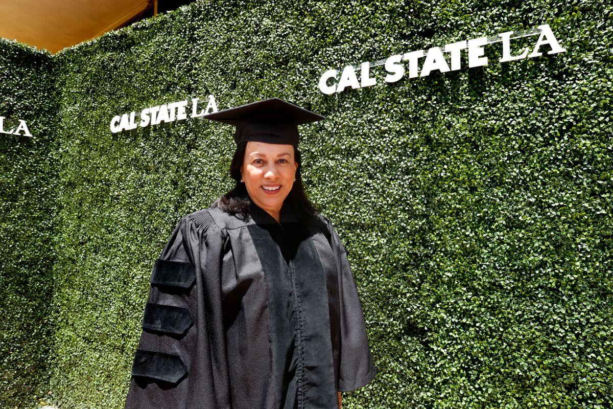 Antonia Hernández recibe doctorado honorario en Cal State LA