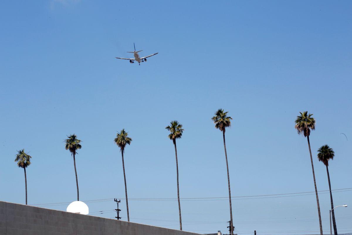 El piloto habría visto al misterioso hombre volador a unos 3,000 pies de altura cuando se aproximaba al LAX.