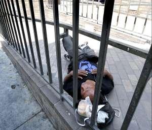 """El proyecto que les dio $7,500 a personas sin hogar (y sus resultados """"hermosamente sorprendentes"""")"""