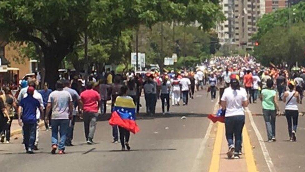 En Maracaibo, una multitud se trasladó hasta el cuartel Libertador.