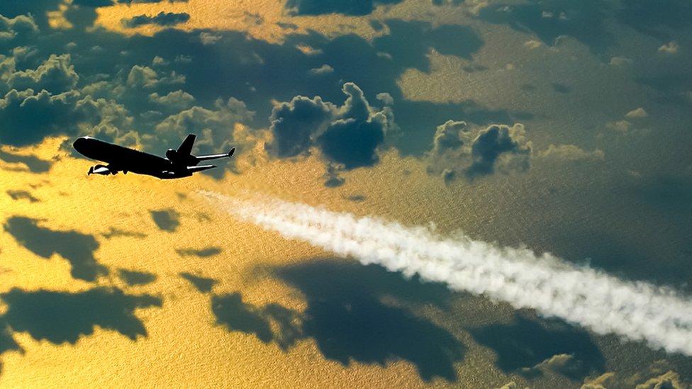 ¿Por qué es tan difícil hacer que los aviones contaminen menos?