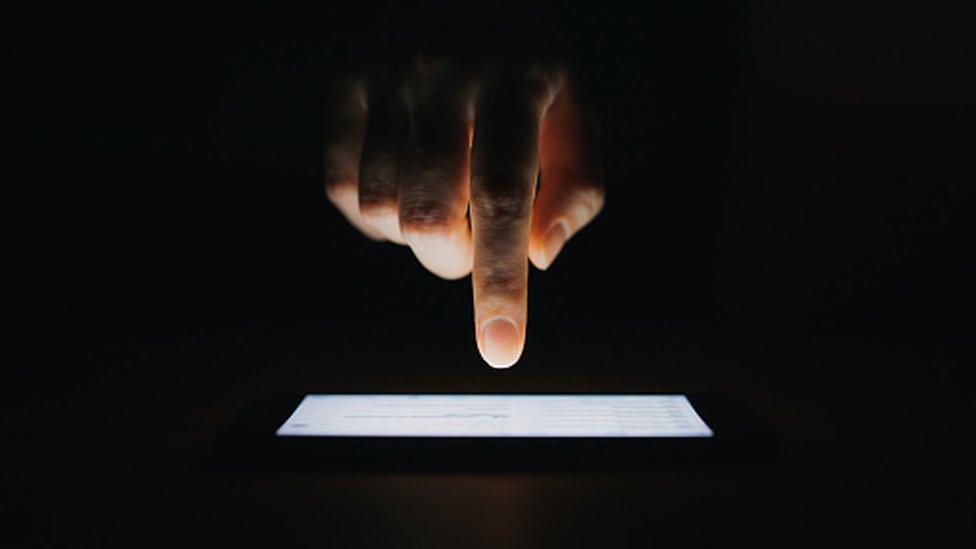 El brillo de tu pantalla por las noches puede ser cegador.