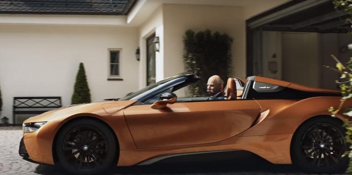 BMW se burla del CEO de Mercedes, Dieter Zetsche, al montarlo en un i8 Roadster