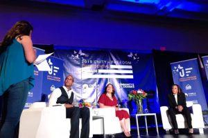Inmigrantes hablan con candidatos presidenciales demócratas