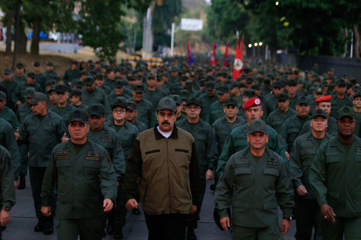 """Maduró reaccionó este jueves exigiendo a los militares desarmar a los """"traidores"""" y """"golpistas""""."""