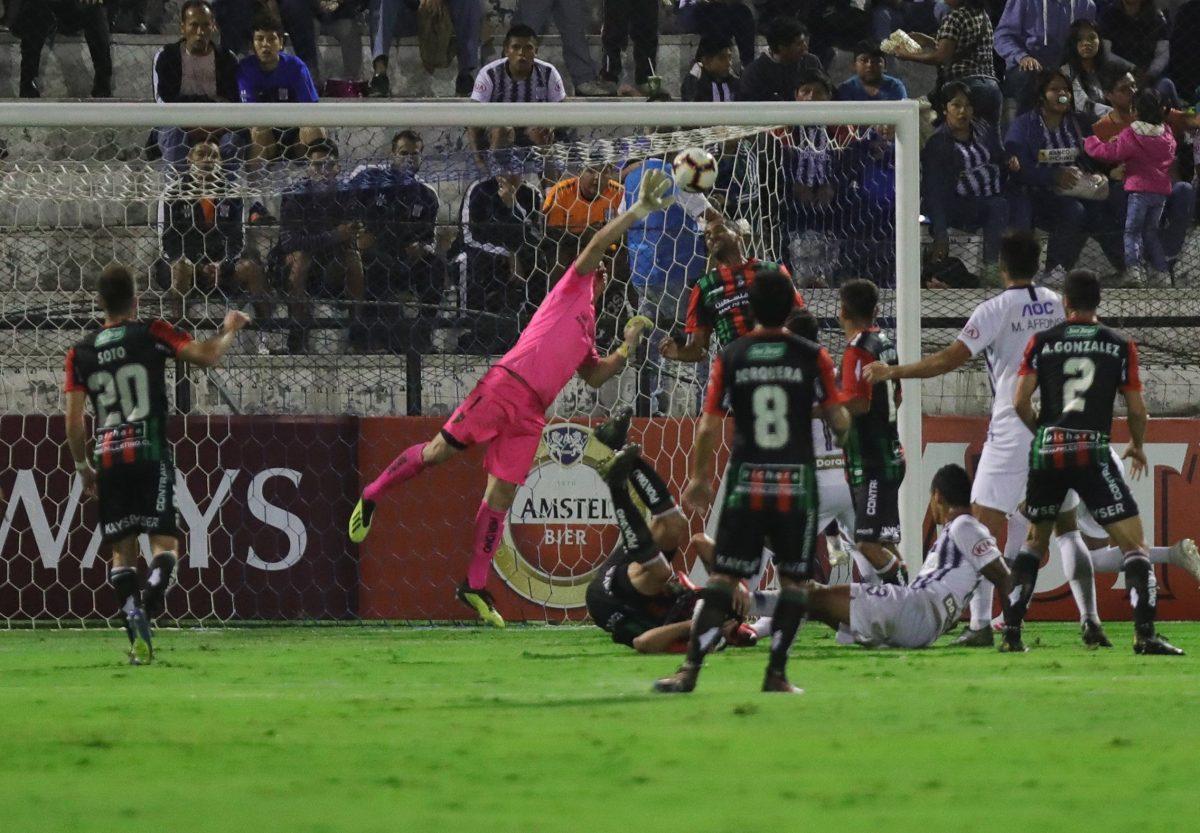 El arquero del Palestino chileno Ignacio González no vio venir un balón que rechazó segundos antes.