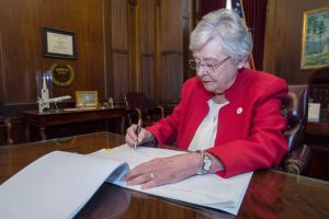 Gobernadora de Alabama sorprende al culpar a la gente no vacunada por alza en casos de COVID-19