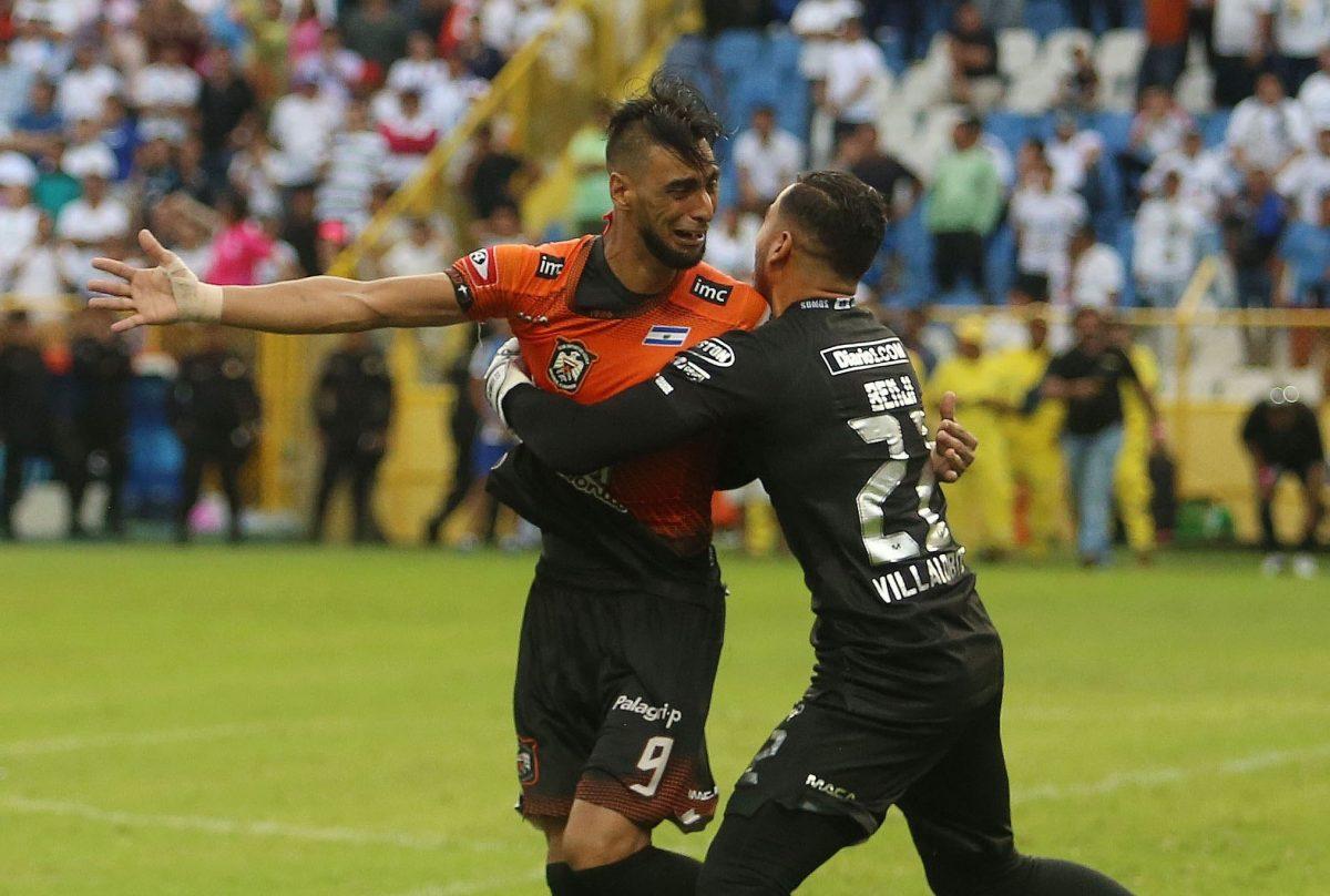 Waldemar Acosta celebra con el portero Benji Villalobos tras ganar la copa de campeón del fútbol de El Salvador.