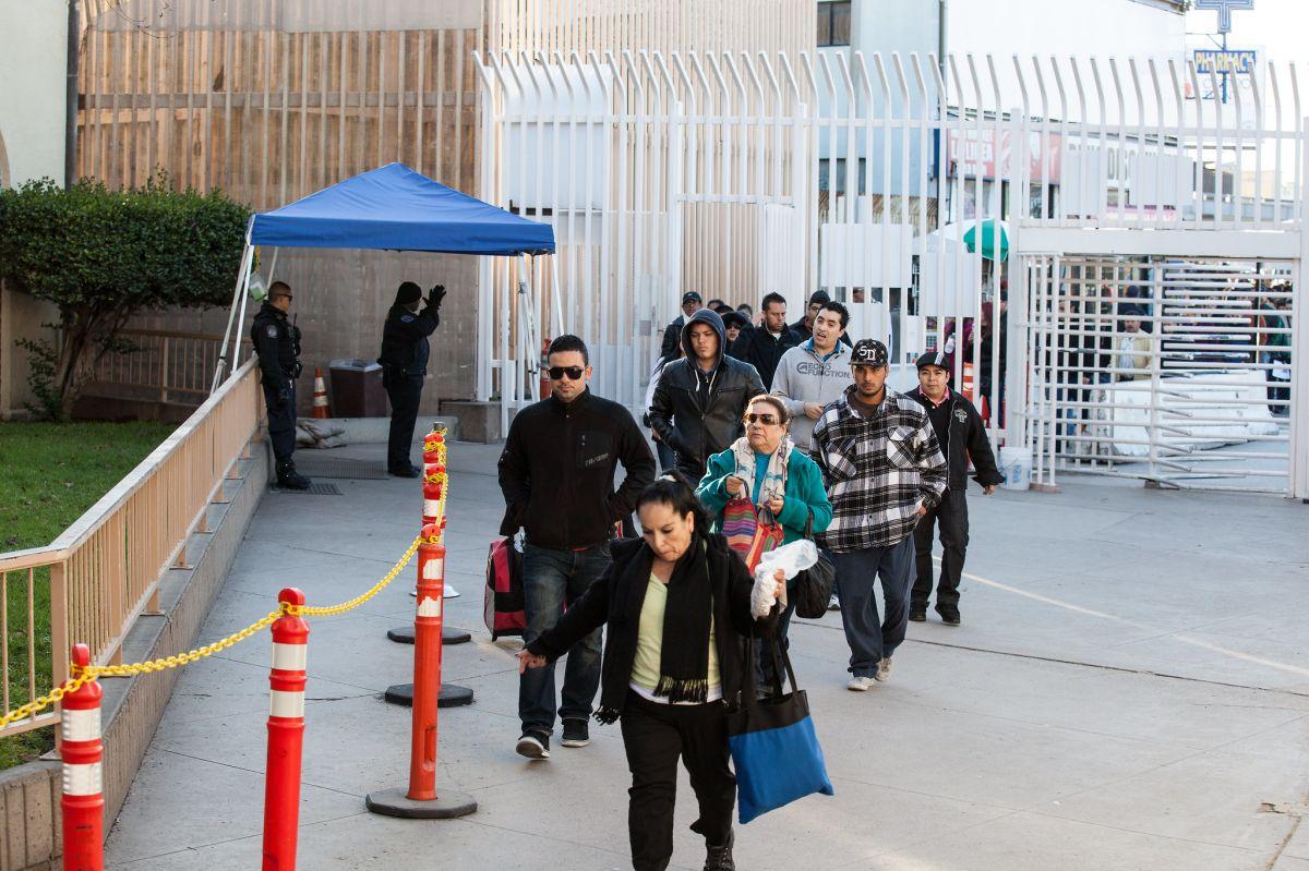 """""""Estamos cansados de los sobornos en las aduanas"""": migrantes mexicanos"""