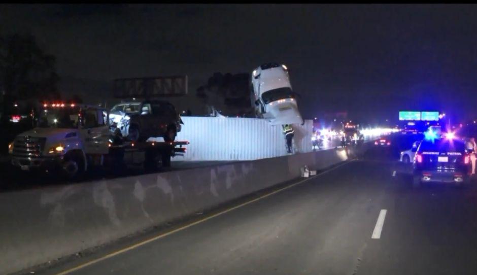 Accidente de camión de carga causó cierre de autopista I-5 por varias horas