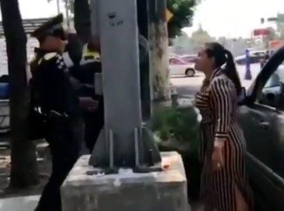 VIDEO: Pareja insulta y escupe a policías en la Ciudad de México, por que los multaron