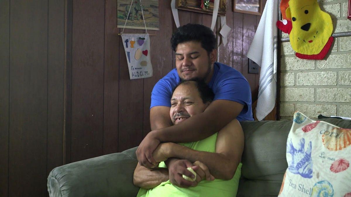 """Aldo y su padre, durante la filmación del documental """"The Unafraid"""". (Suministrada)"""