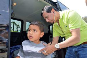 Doctores dan servicio gratis a inmigrantes centroamericanos en San Bernardino