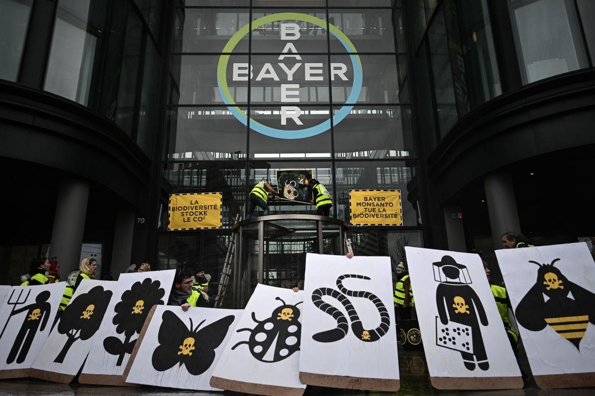 Una oleada de rechazo contra los productos Monsanto se ha presenciado en diversos lugares del mundo. En Paris activistas llegaron a la sede Bayer en Paris para protestar.