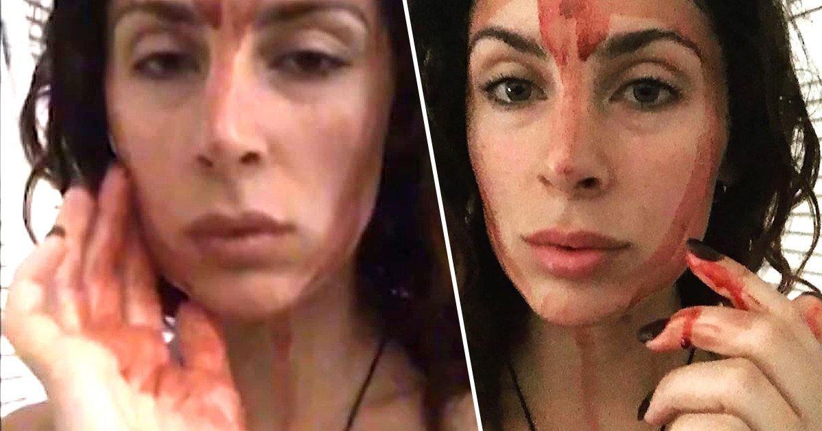 Se pinta la cara con sangre de su ciclo menstrual para curar sus dolores