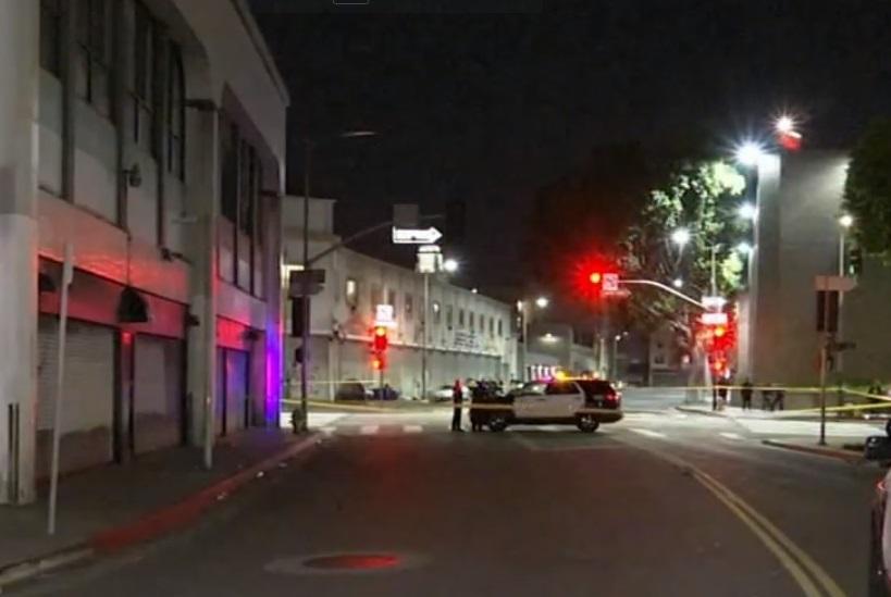 Una persona murió tras tiroteo cerca del centro de Los Ángeles y otra víctima fue hallada con heridas de bala en el carro abandonado.