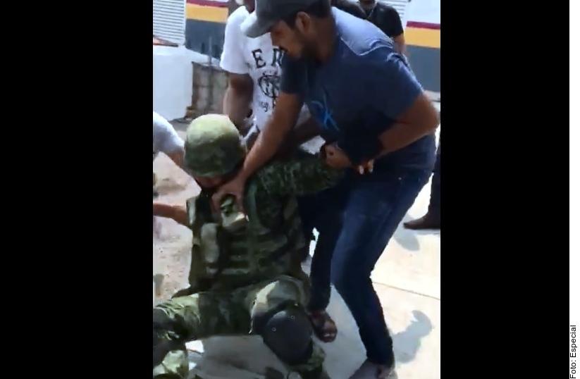 Los soldados mexicanos fueron sometidos por autodefensas,