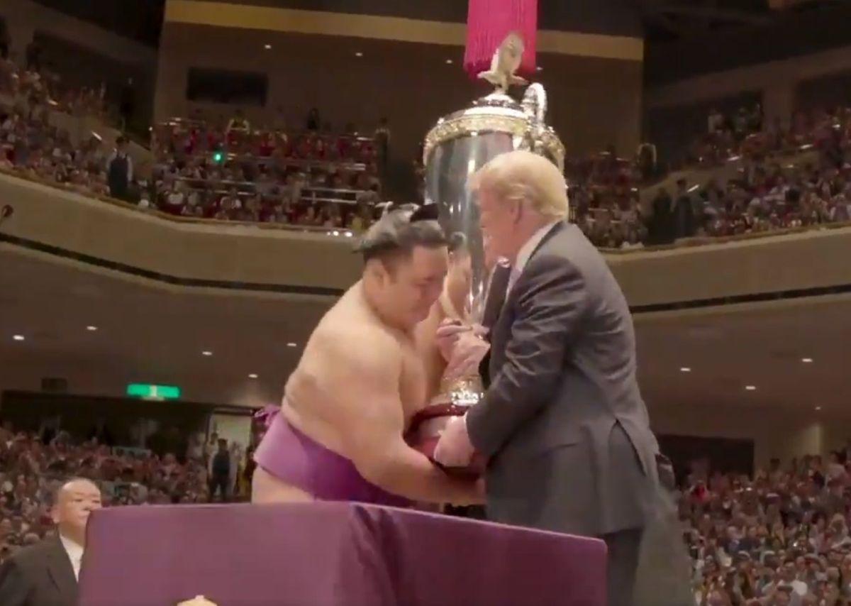 El presidente Trump entregó el trofeo al campeón.