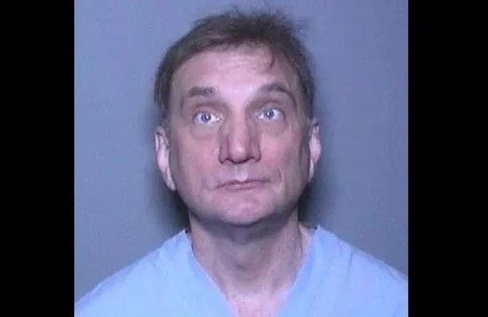 Médico dijo que encontró a su esposa muerta. Dos años después es acusado de asesinato