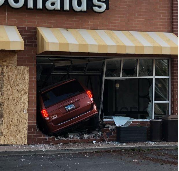 2 personas resultaron heridas luego de que un auto chocó contra un restaurante McDonald's en Evanston, Illinois