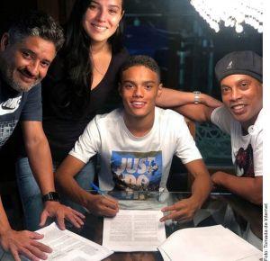 Hijo de Ronaldinho firma contrato con la marca deportiva Nike