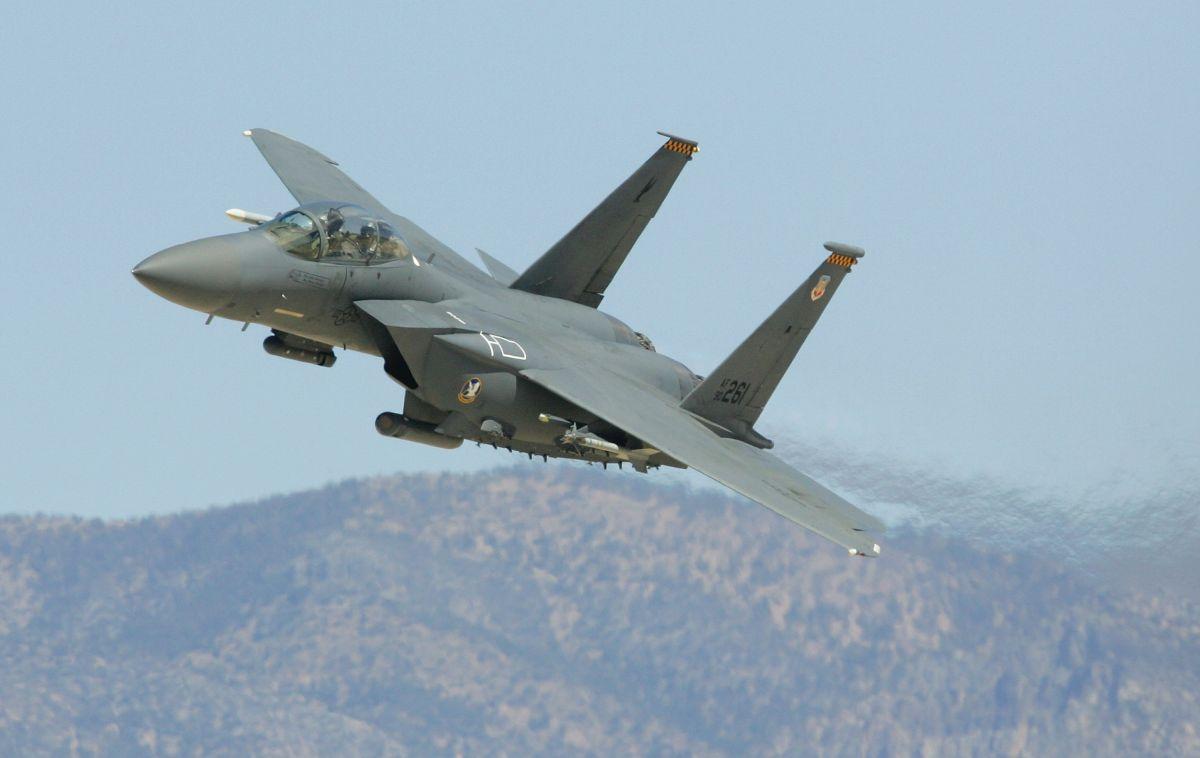Un F-15E Strike Eagle sobrevuela durante una demostración de la Fuerza Aérea de EEUU en Indian Springs, Nevada.