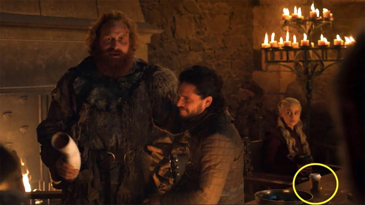 Aparición de un vaso de café durante una escena de Game of Thrones. / Foto: Captura de Youtube