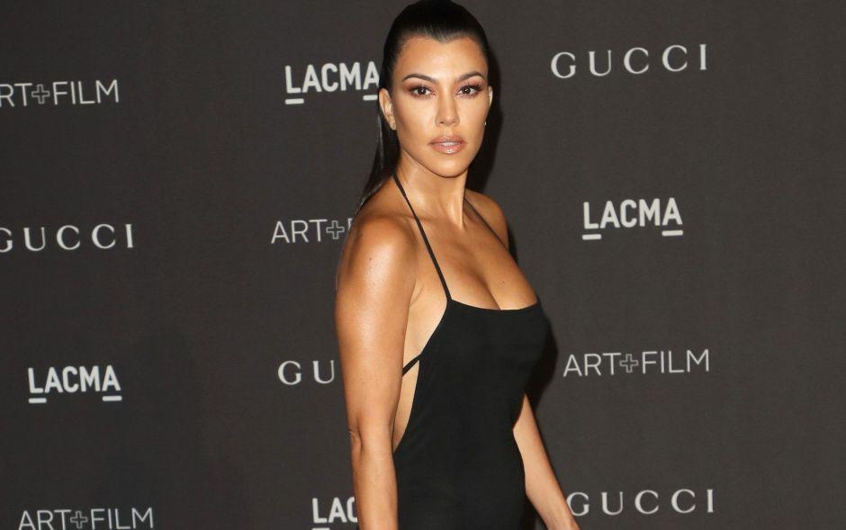 Kourtney Kardashian y su erótica postal con un corset de encaje que deja a la vista sus grandes atributos