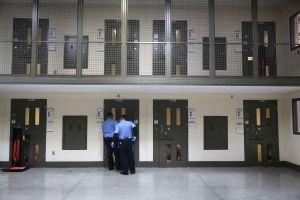 Juez prohíbe pagar $1 dólar diario a inmigrantes detenidos por ICE