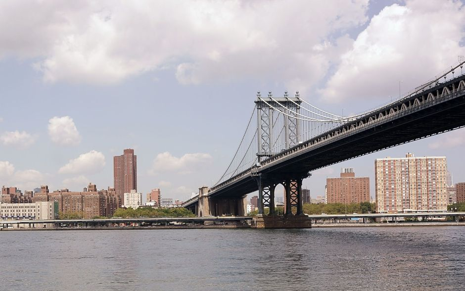 Hallan cadáver de un desconocido en el río cerca del puente Manhattan