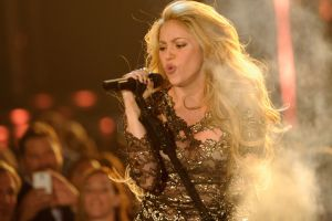 ¡Qué piernas! Shakira y su mini vestido dorado