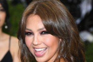 """Thalía se compara con E.T cargando a un Baby Joda y la llaman """"ridícula"""" en las redes sociales"""