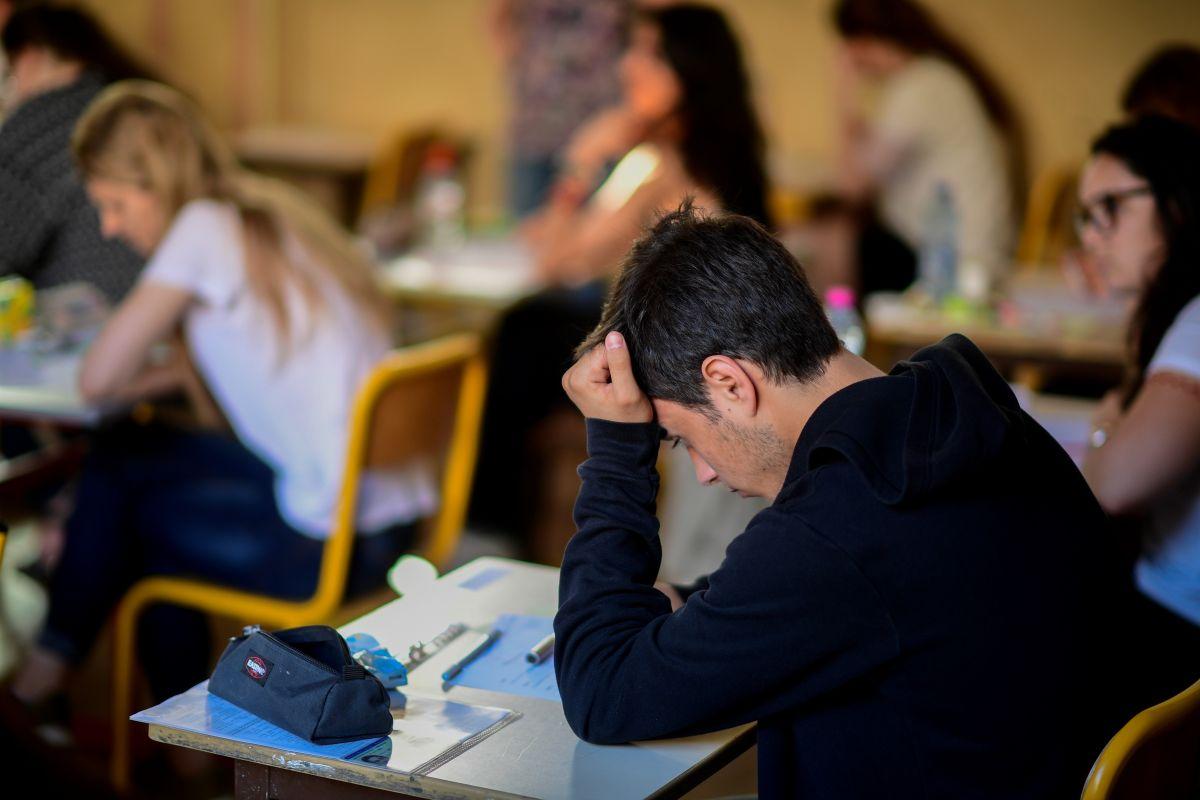 Graban a una maestra sentada en las piernas de un alumno: toda la clase estaba presente