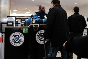 ¿Qué pasa si un inmigrante no tiene Real ID y olvidó otra identificación para tomar un vuelo?