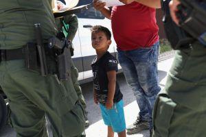 """El gobierno de Trump los deportó sin sus hijos. Ahora le piden $18 millones por """"crueldad"""""""