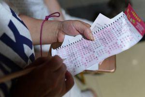 Dos boletos de lotería ganan premios... y sus números no coinciden con los del sorteo