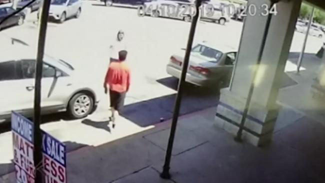 Hombre golpea a mujer en centro comercial de Houston por pedir información de seguro