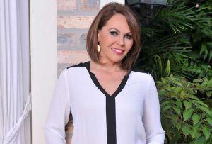 María Elena Salinas impacta con su belleza y su deleite por las enchiladas