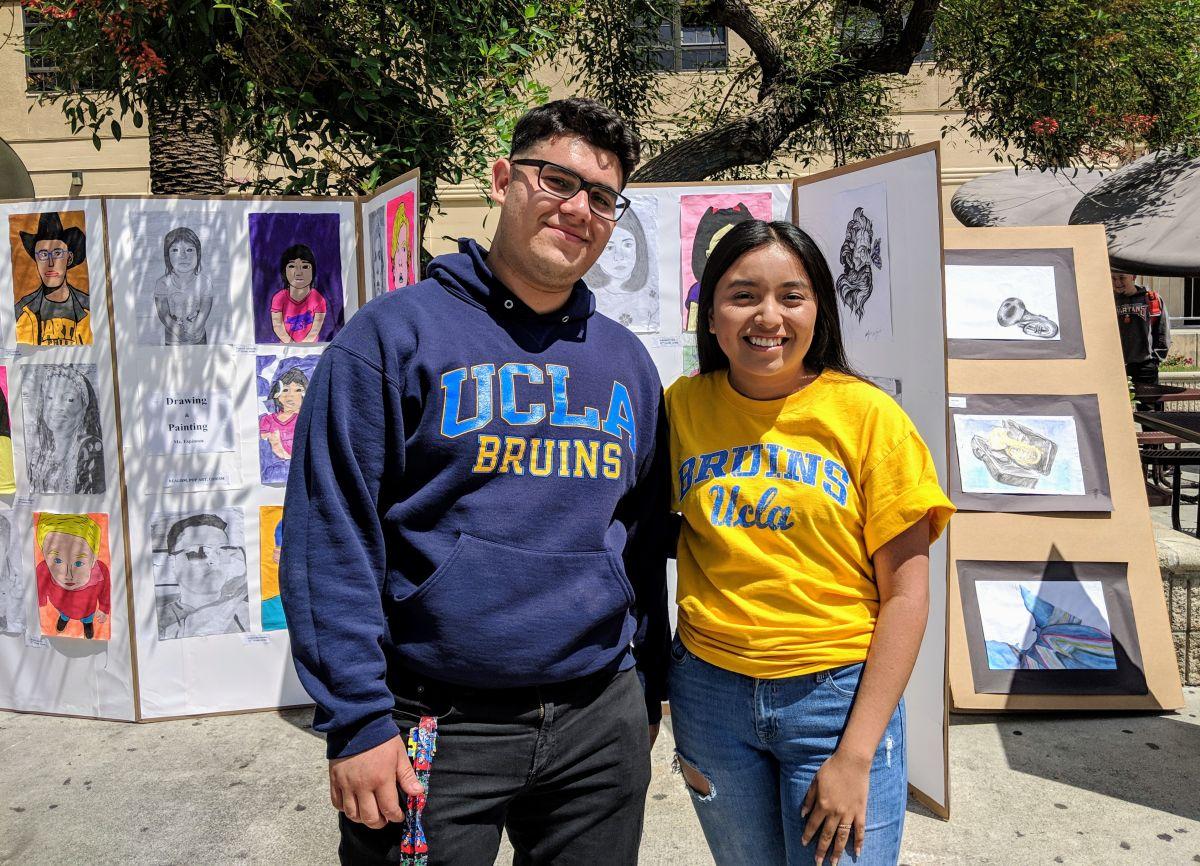 Alumnos de LA celebran tras ser admitidos a la universidad