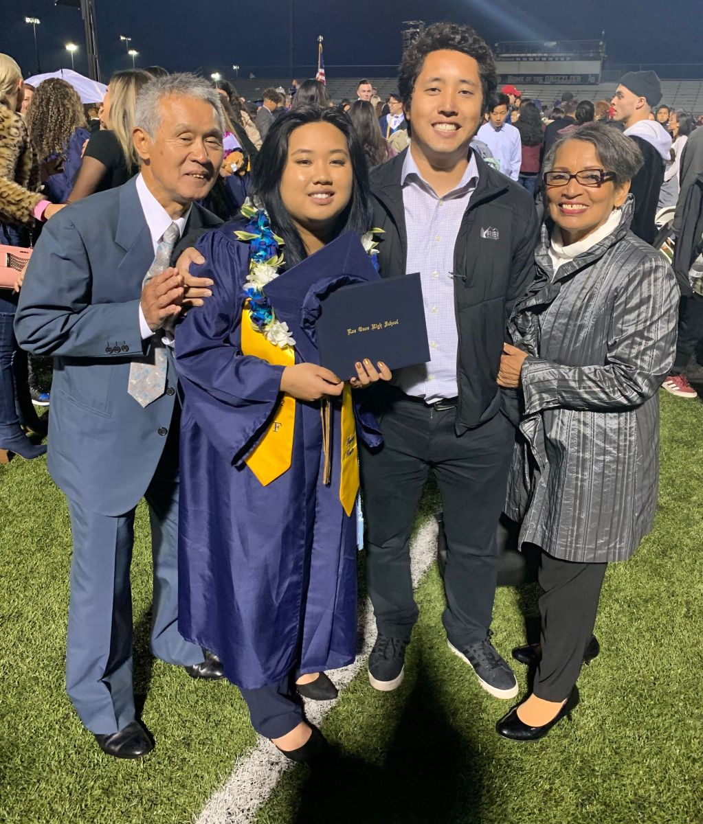 La joven rodeada de su madre Toshiko Yoneyama (d), su hermano y su abuelo (i), que han sido su apoyo siempre.  / Foto: Suministrada